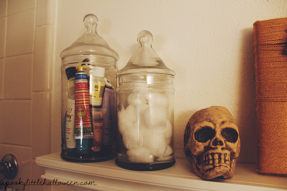 A Halloween home tour of my bathroom in the Spooky Little Apartment. Get inspiration for decorating your home this Halloween season! | spookylittlehalloween.com